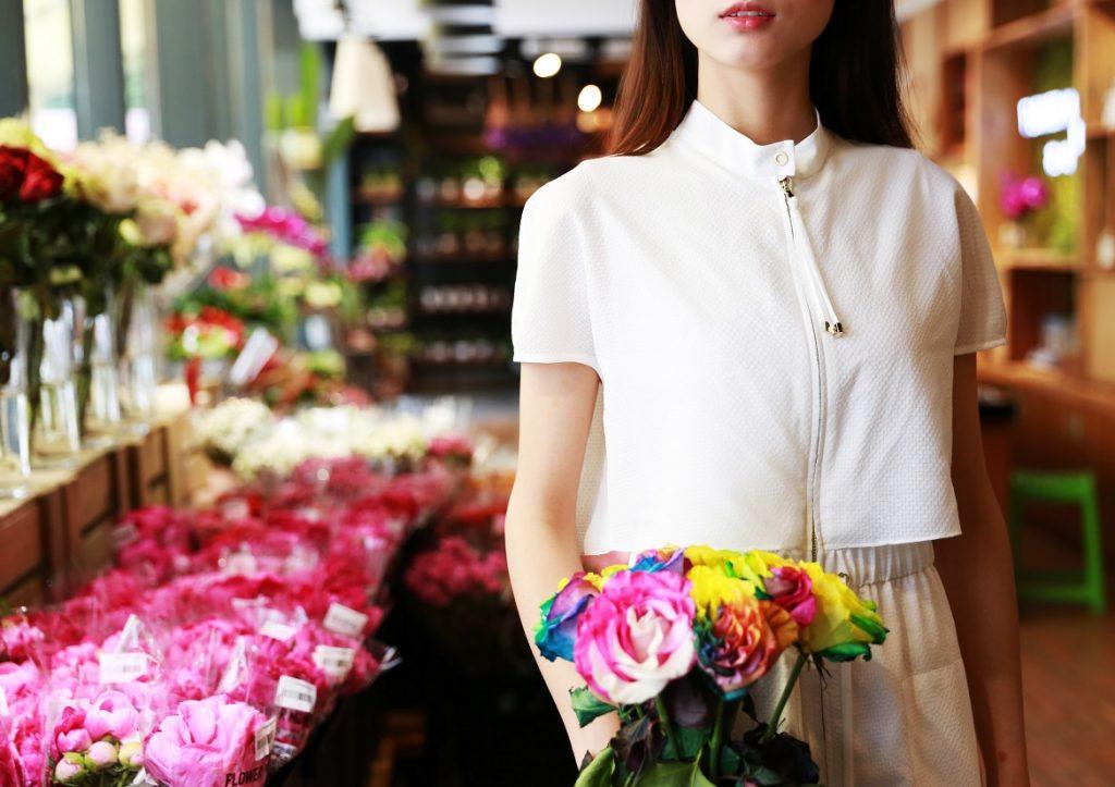 mulher numa florista