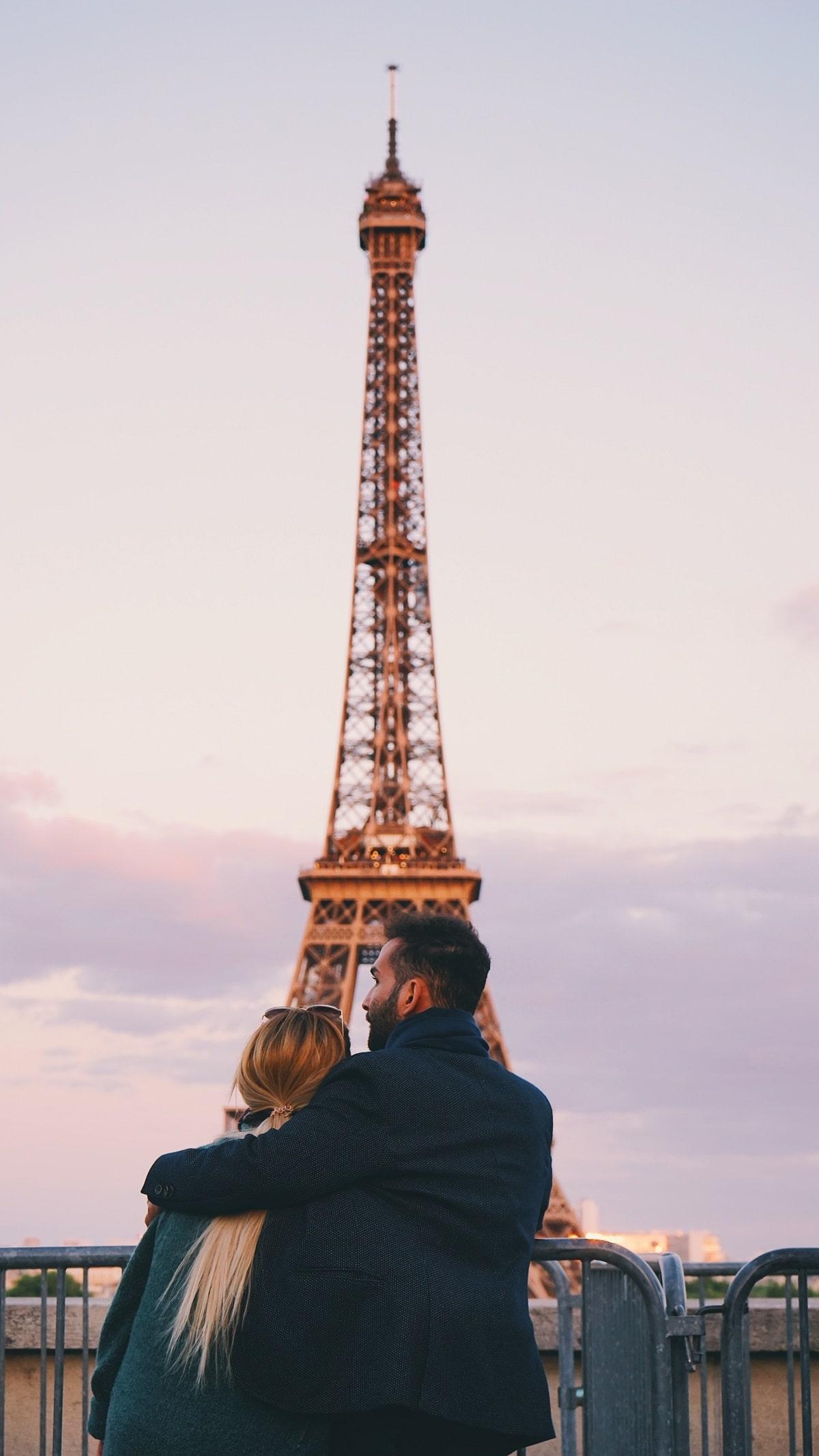 casal de namorados frente à torre eiffel