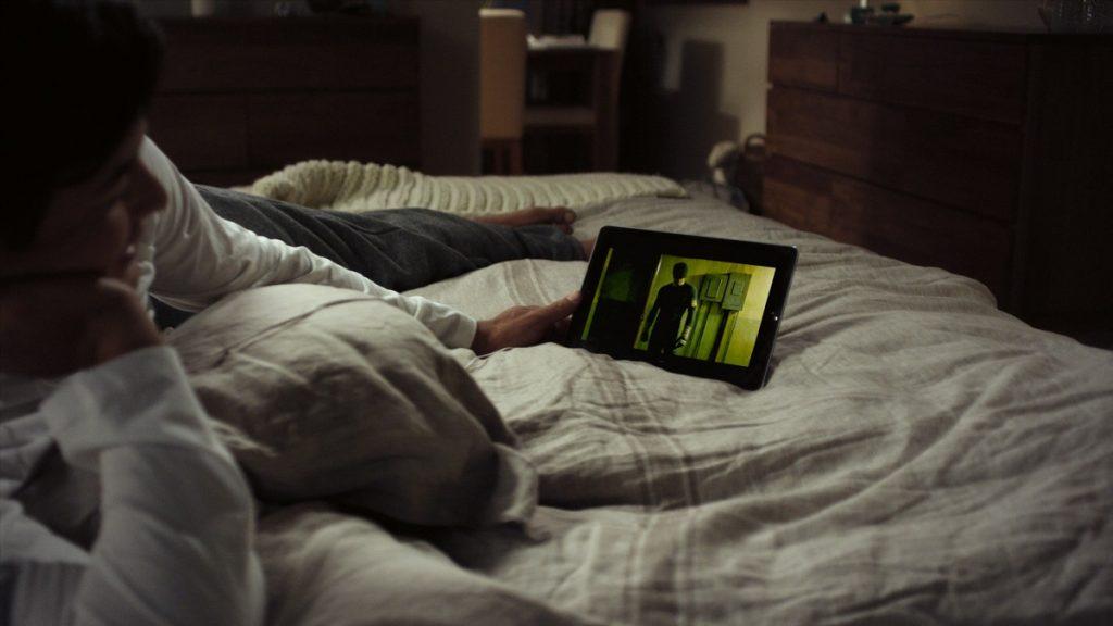 homem no quarto a ver um filme na netflix