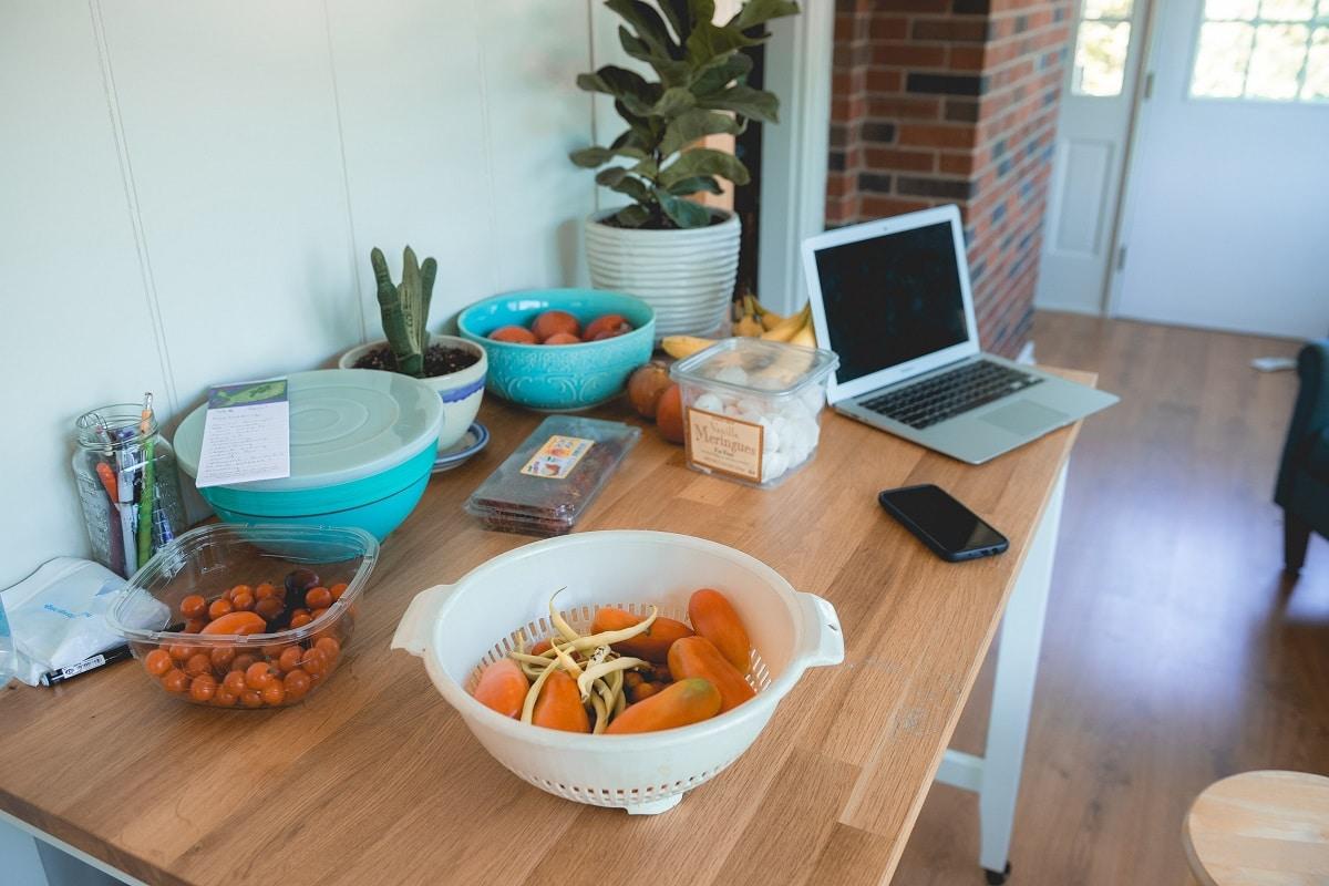 mesa com ingredientes para fazer uma receita online