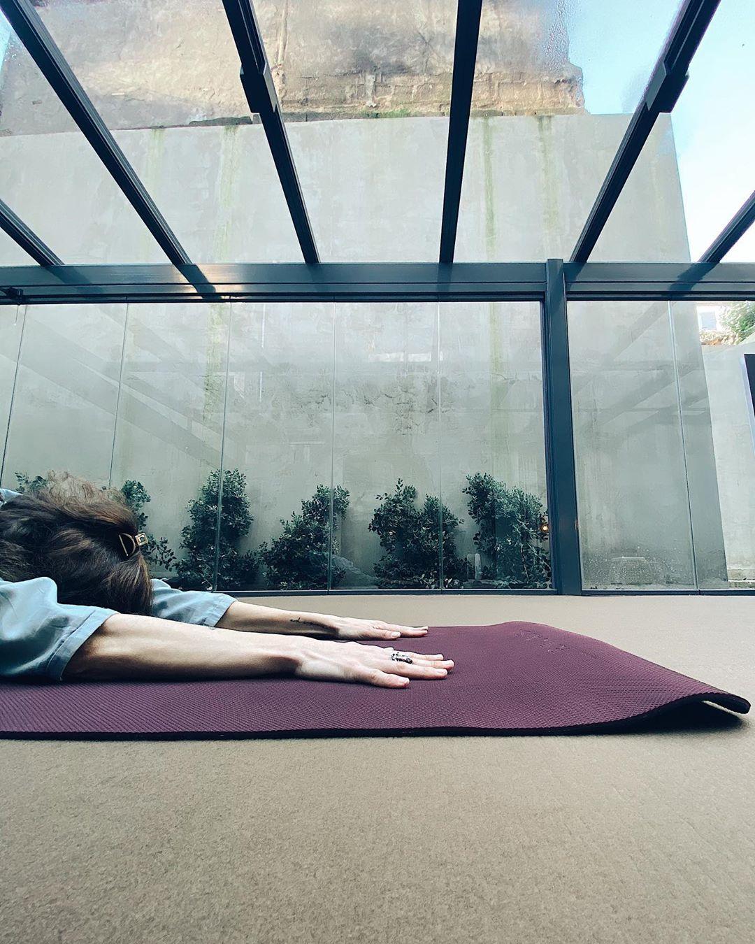 mulher a fazer ioga