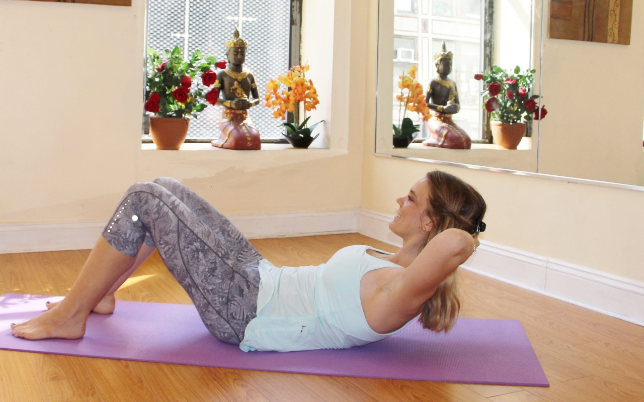 mulher a fazer exercícios em casa
