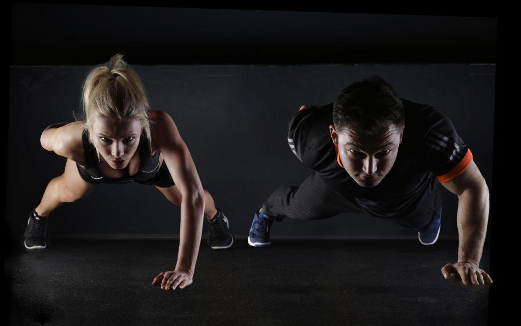 homem e mulher a fazer exercícios em casa