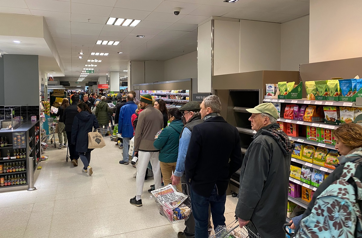 fila de pessoas no supermercado