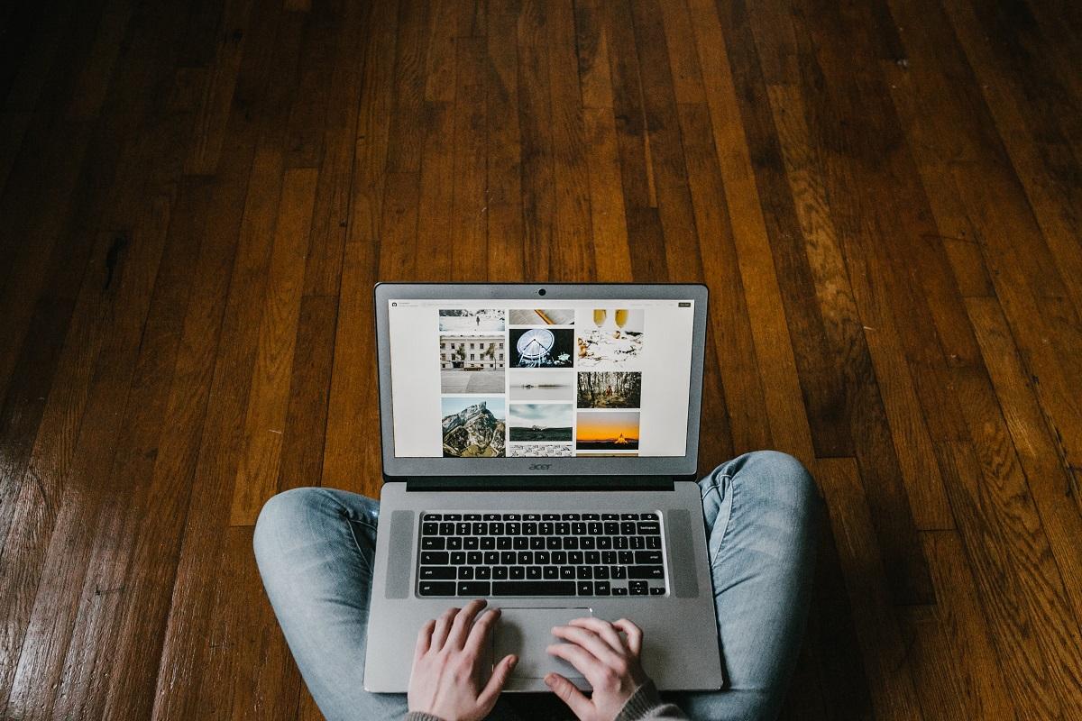 pessoa com compuador e ver websites