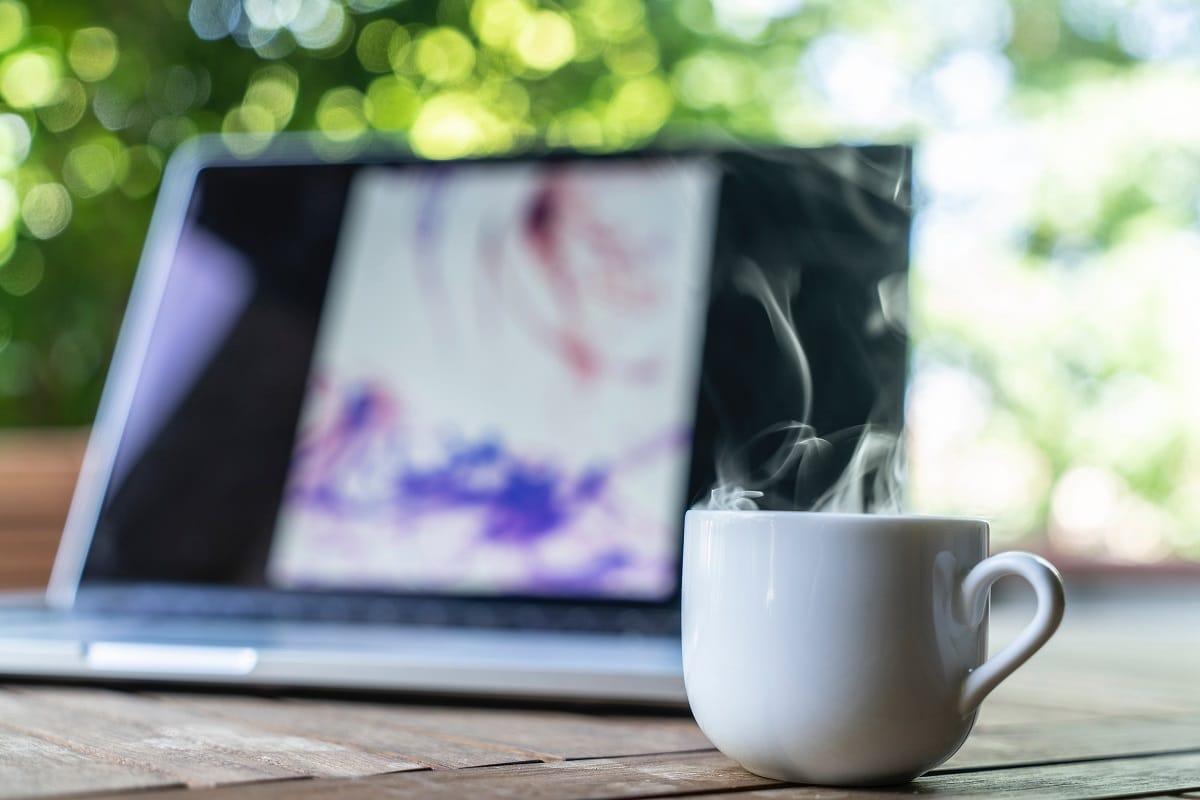 caneca de café numa pausa de trabalho em casa