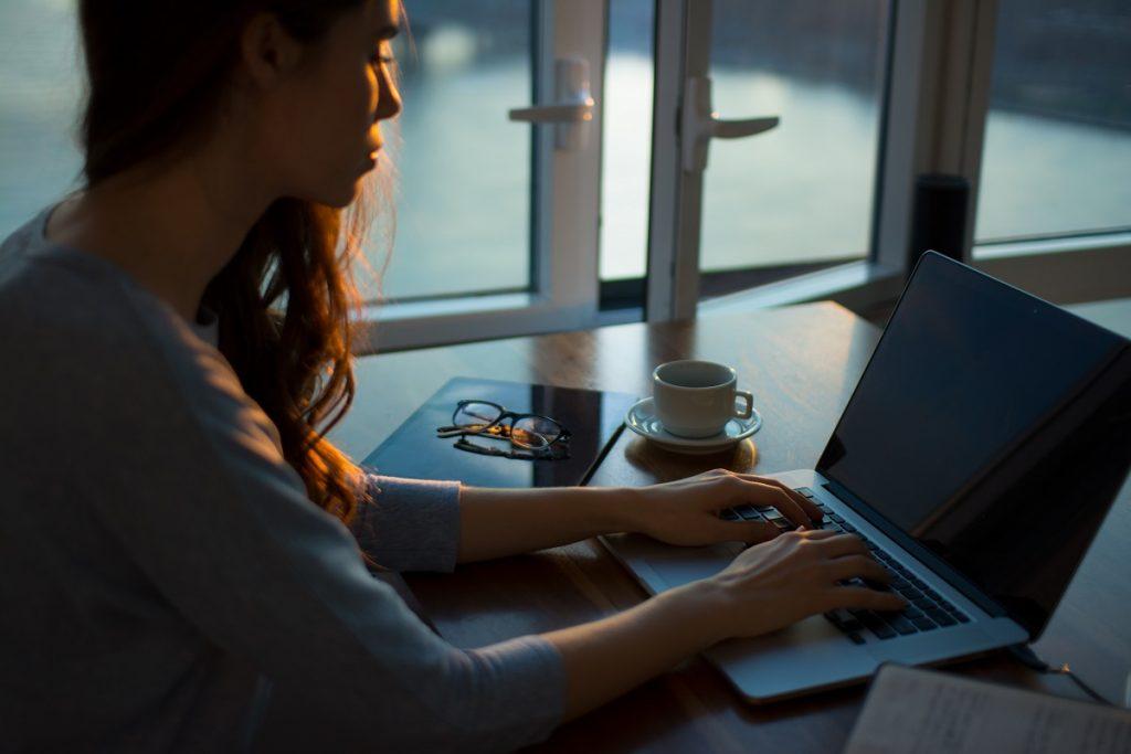 mulher ao computador a trabalhar em casa