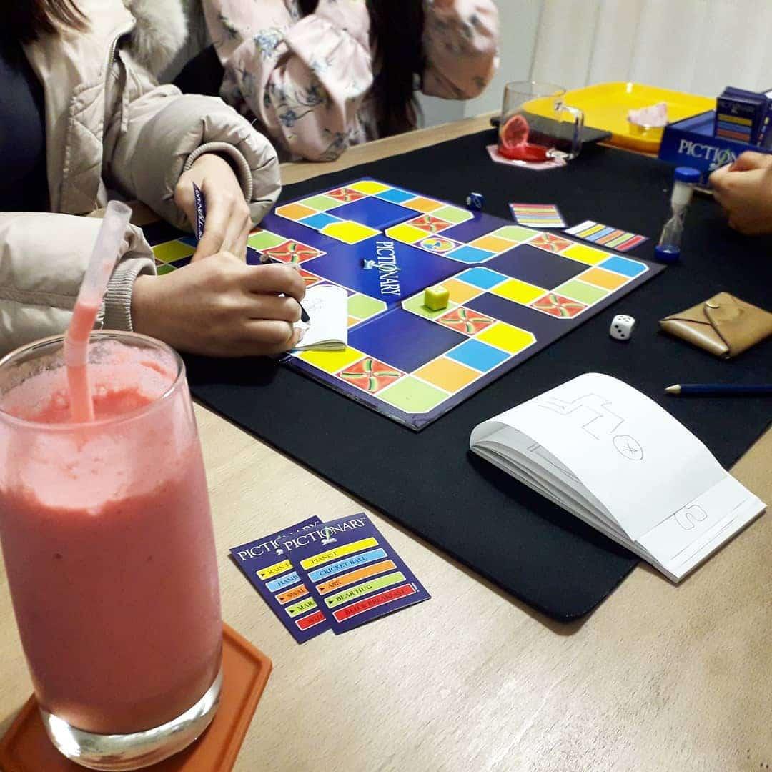 família a jogar pictionary