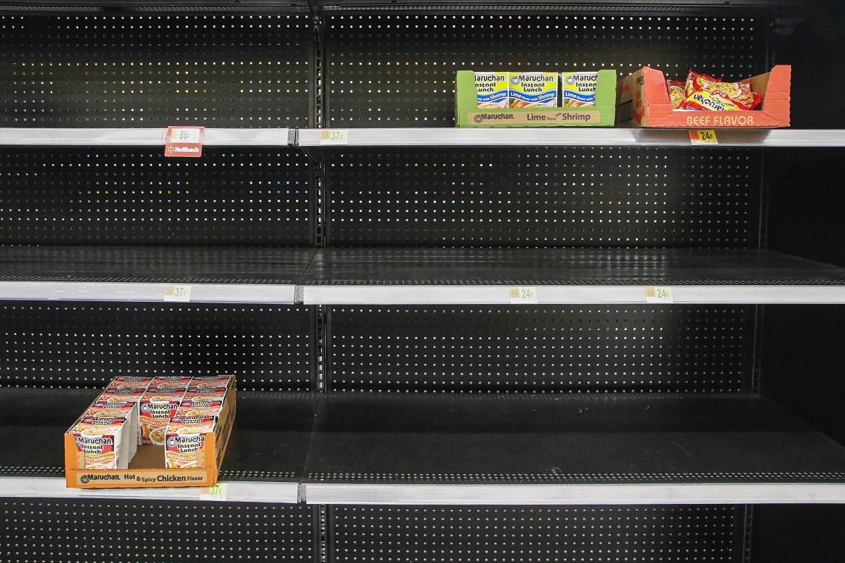 prateleiras de supermercado vazias