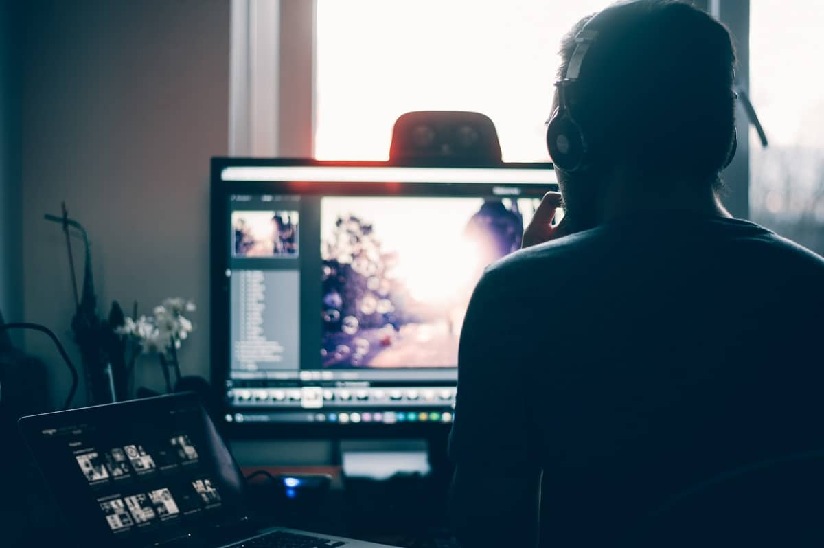 homem com auscultadores em frente a um computador