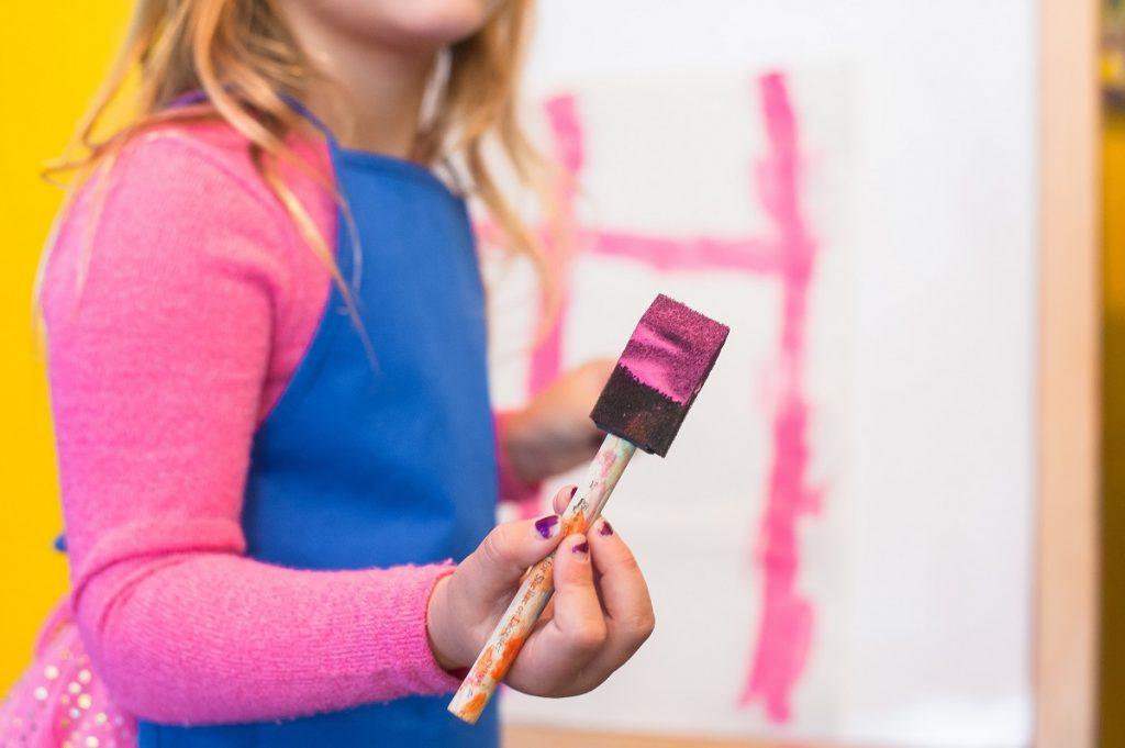 criança a brincar com tintas