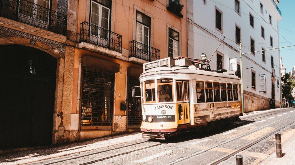 elétrico da carris em Lisboa com horário de verão