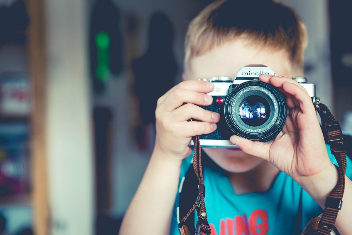 criança a fotografar no dia do pai