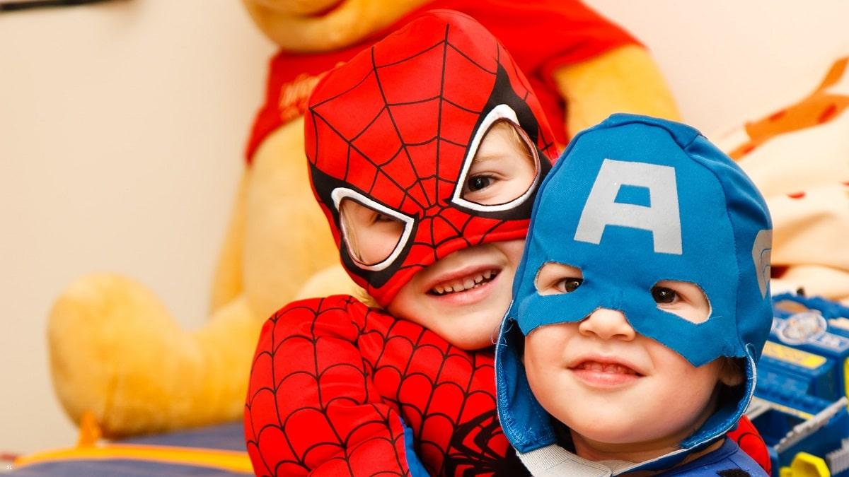 crianças mascaradas de super-heróis no dia do pai