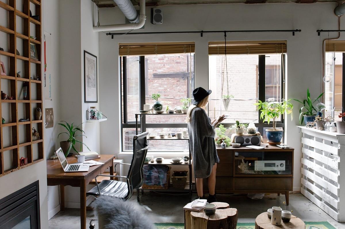 mulher a redecorar a casa