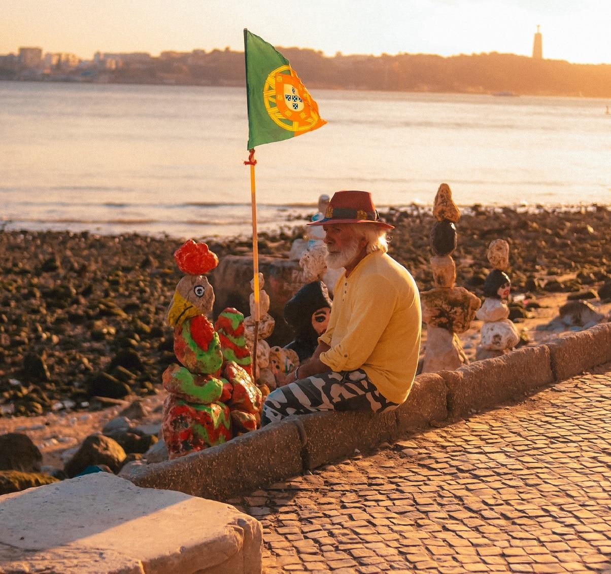 homem junto ao cais das colunas em Lisboa