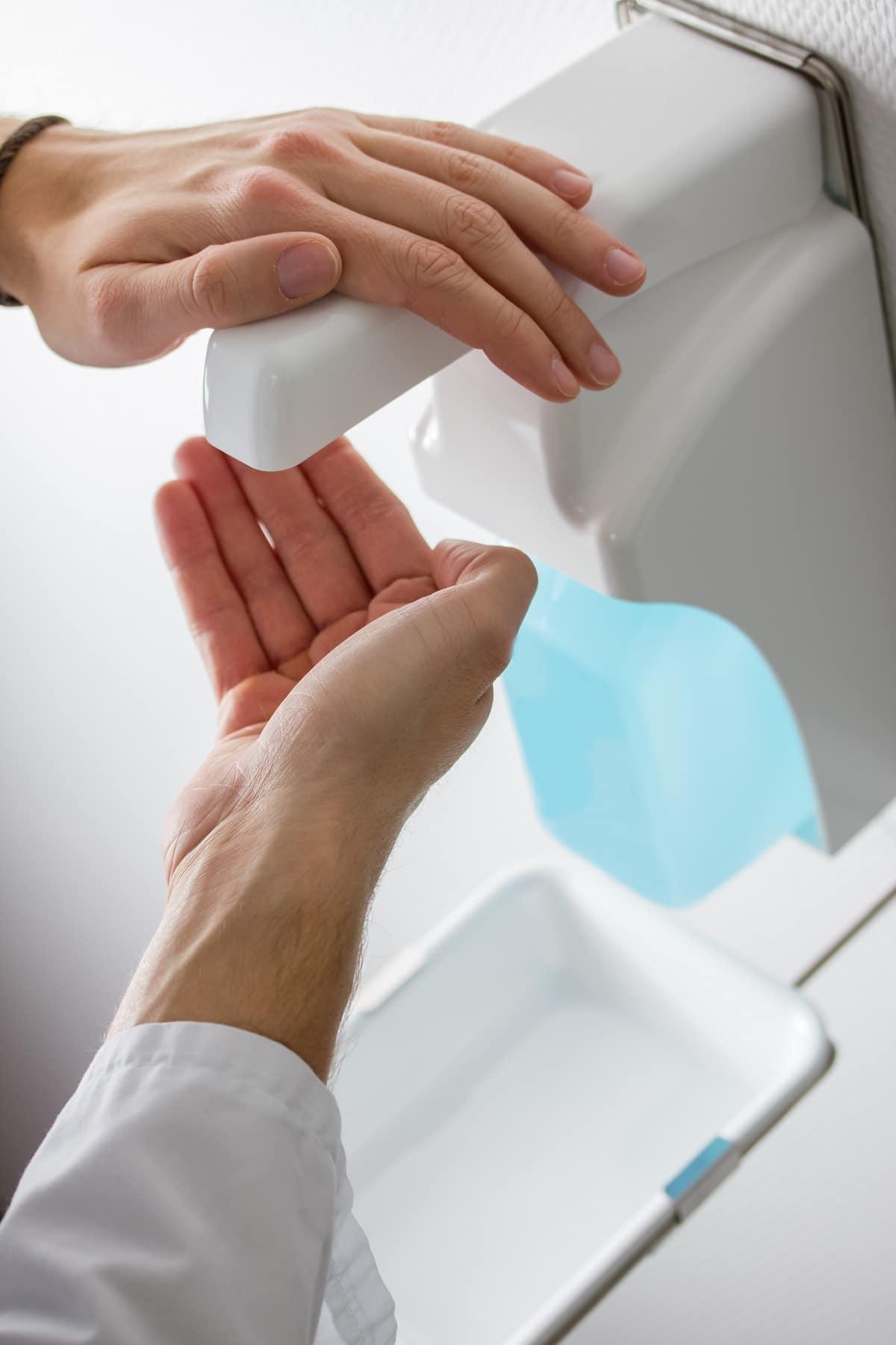 pessoa a higienizar as mãos devido ao coronavírus