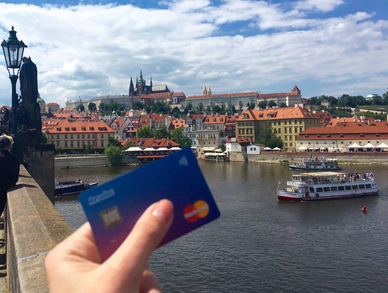 pessoa mostra cartão débito revolut em praga