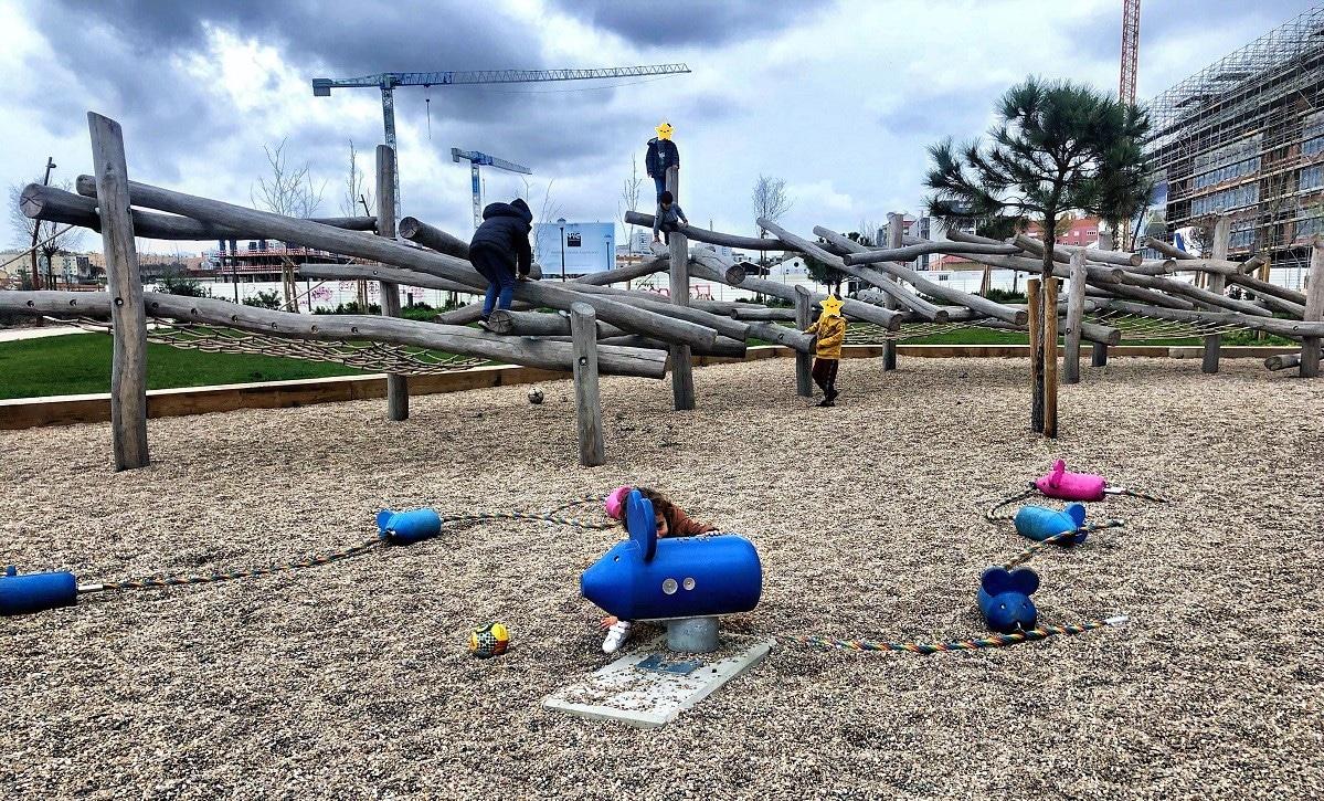 parque infantil no Parque Ribeirinho Oriente
