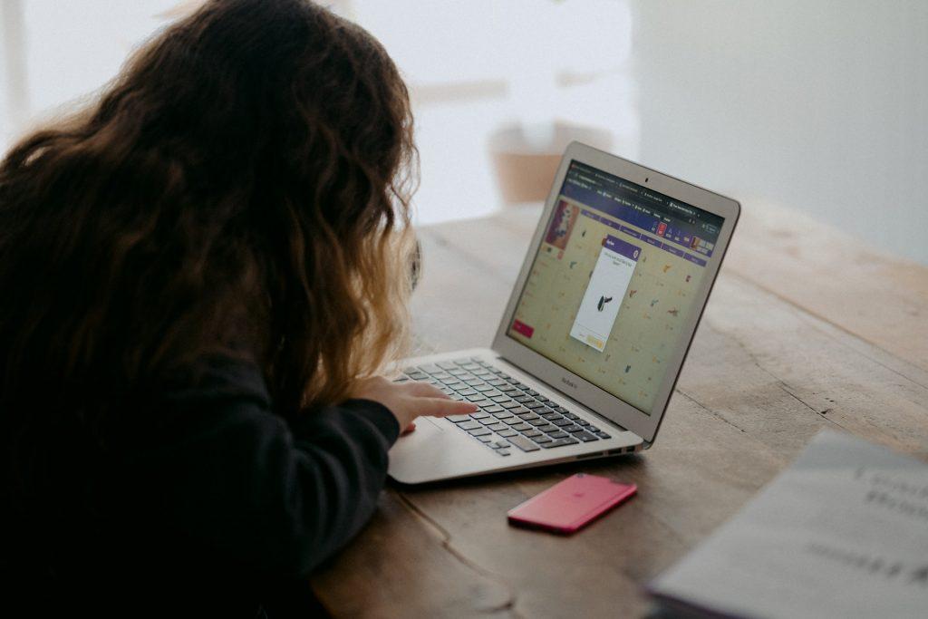 aluna do primeiro ciclo a trabalhar num computador portátil