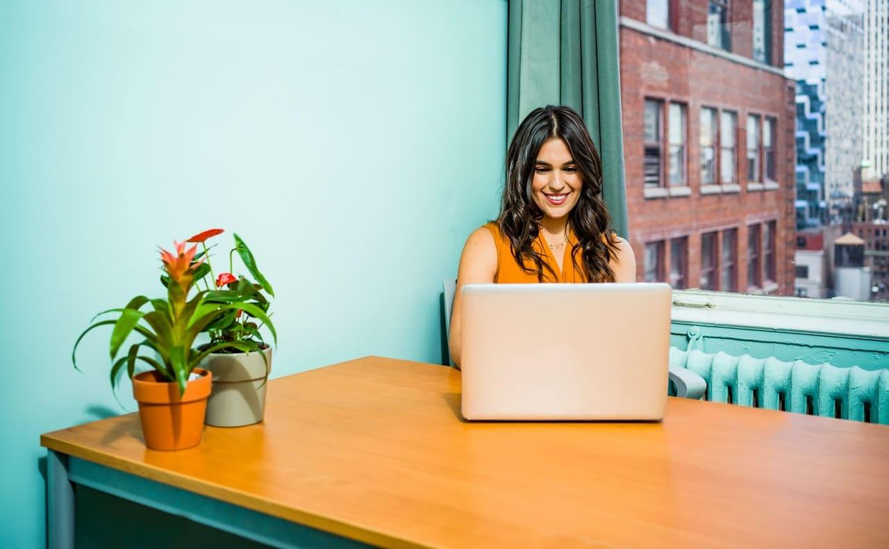 mulher a usar um computador portátil