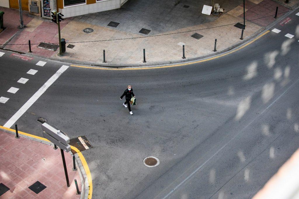 homem na rua enquanto decorre o isolamento devido ao coronavírus