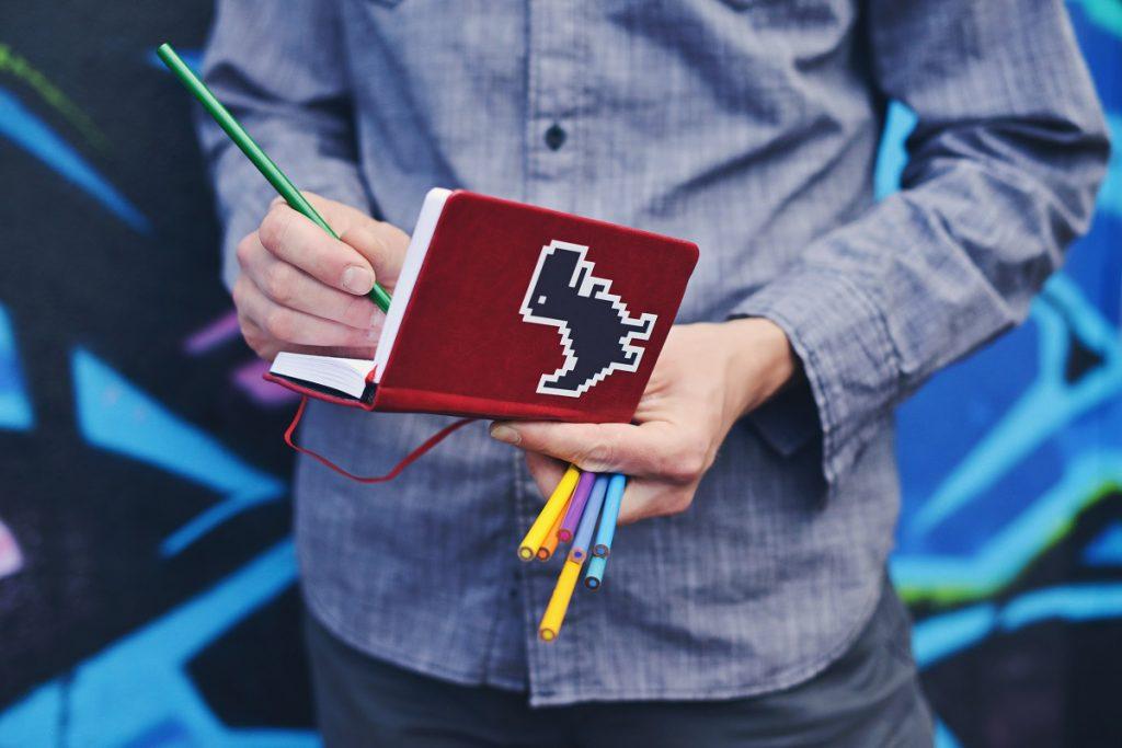 homem a desenhar com lápis de cor