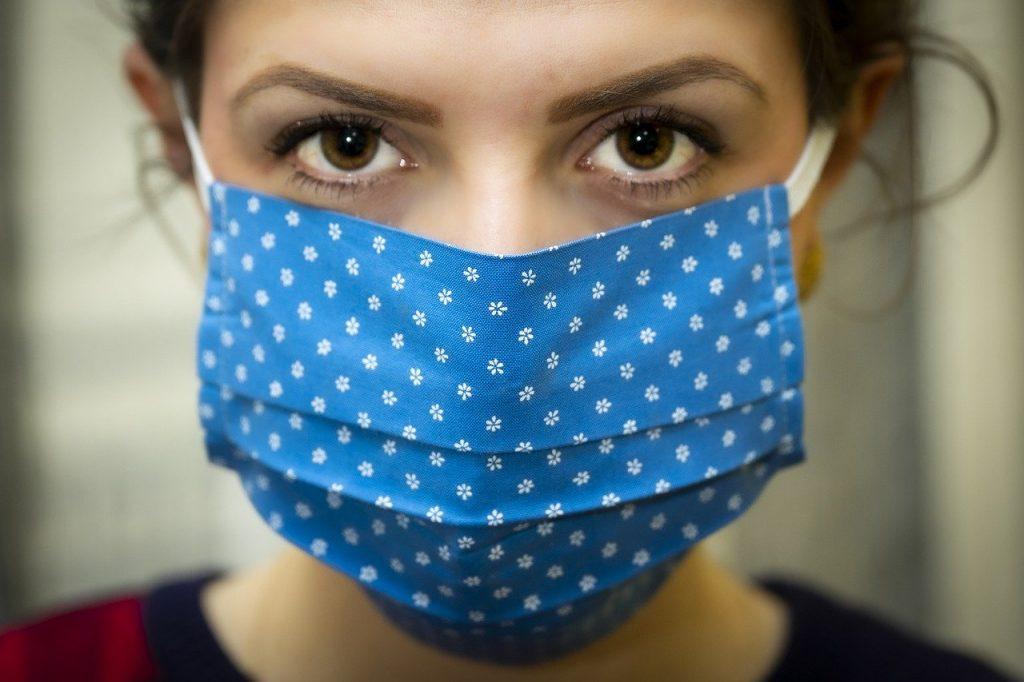 mulher com máscara de proteção coronavírus