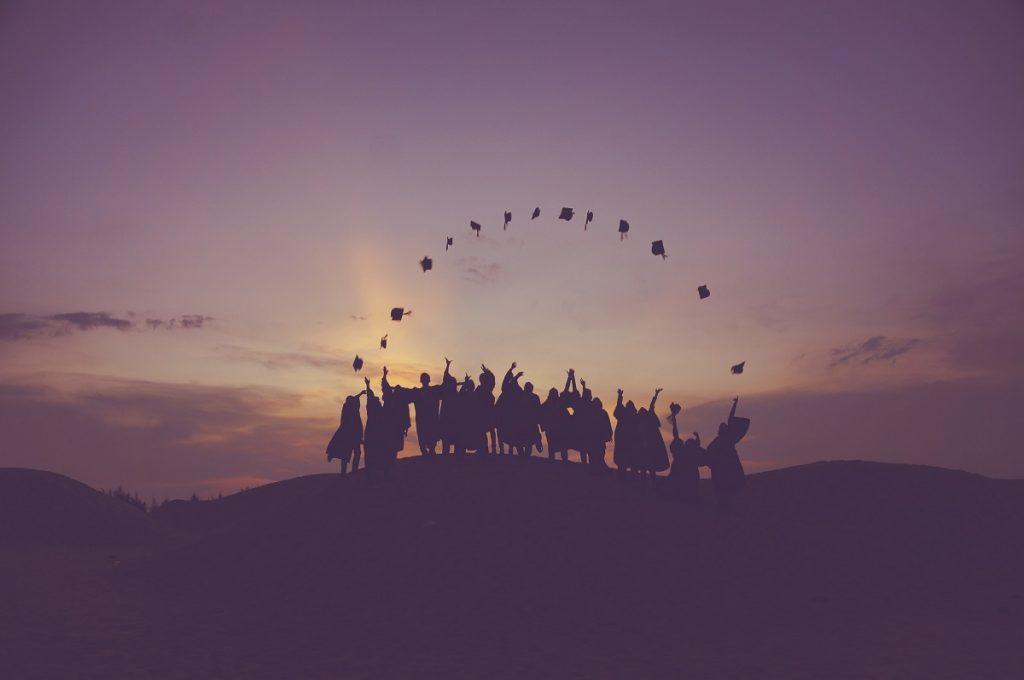 alunos finalistas lançam os chapéus ao ar