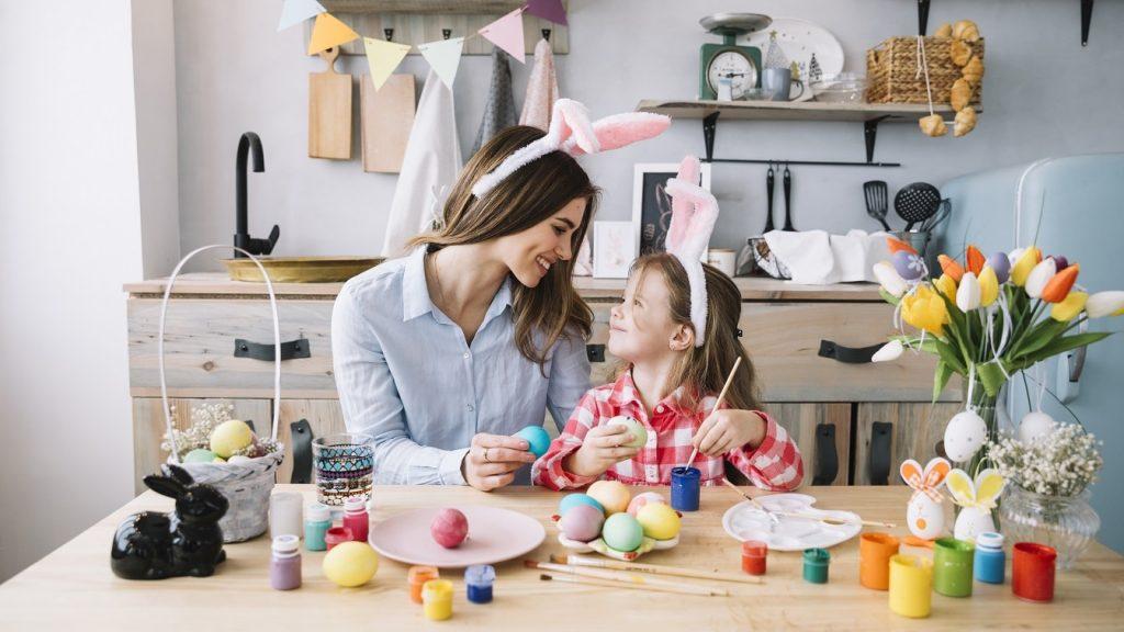 mãe e filha a celebrar a páscoa