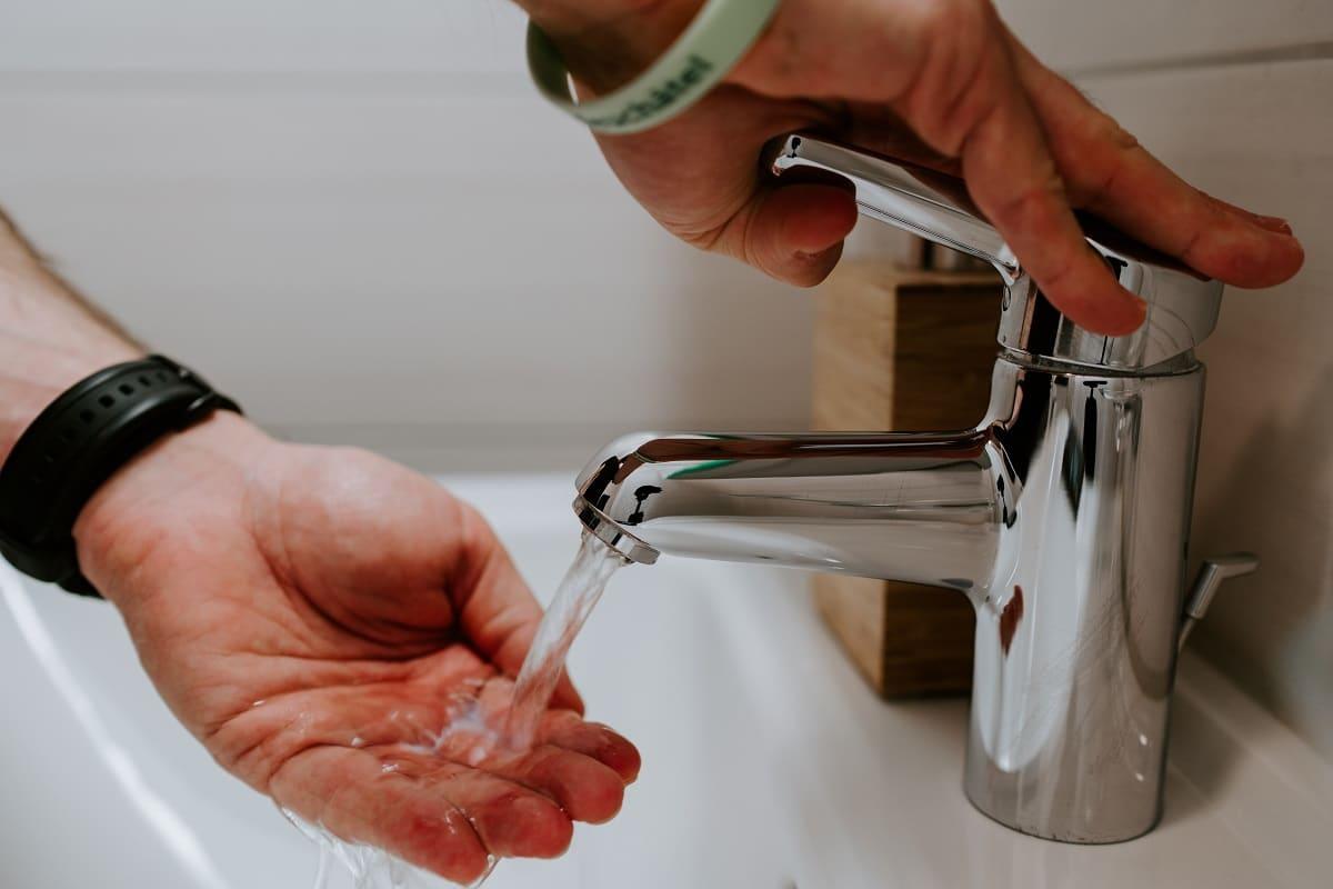 homem a lavar as mãos