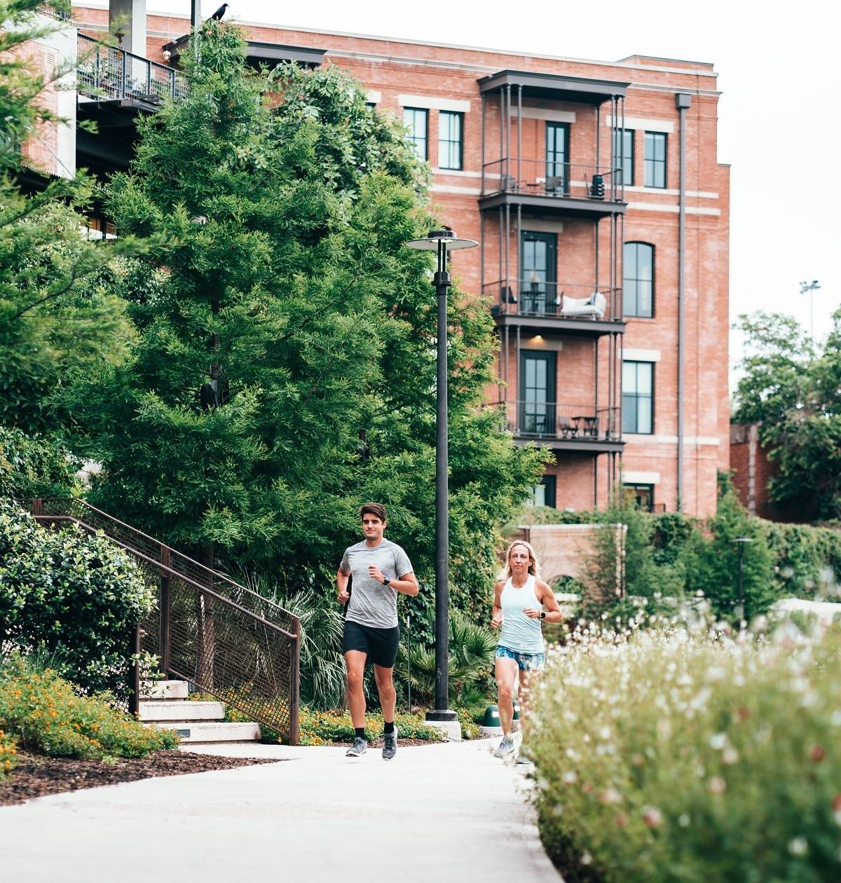 homem e mulher a correr perto de urbanização