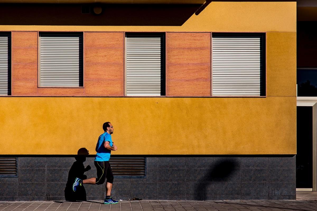 homem a correr na rua