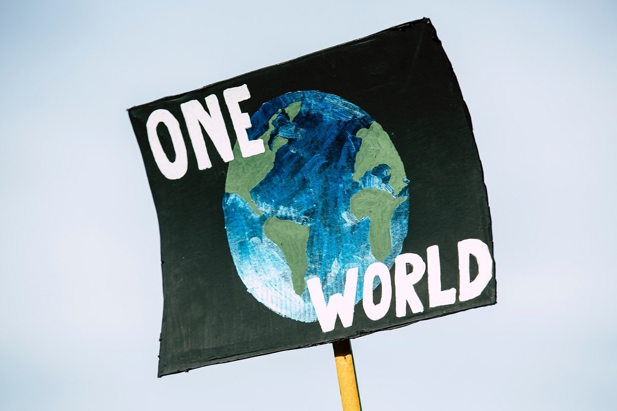cartaz com planeta Terra desenhado com dizer One World