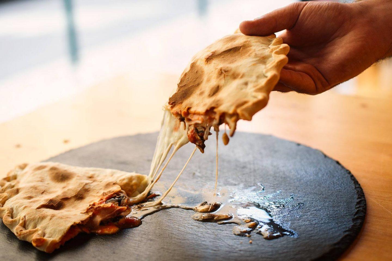 pizza calzone na La Puttana