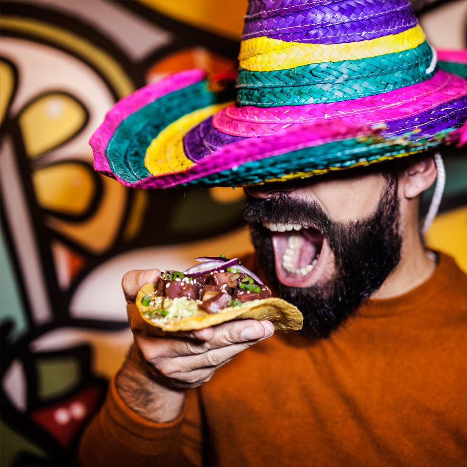 homem a comer comida mexicana