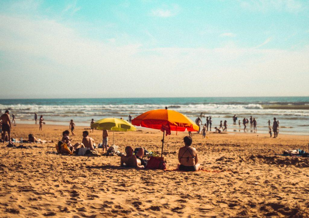 pessoas na praia em Lisboa