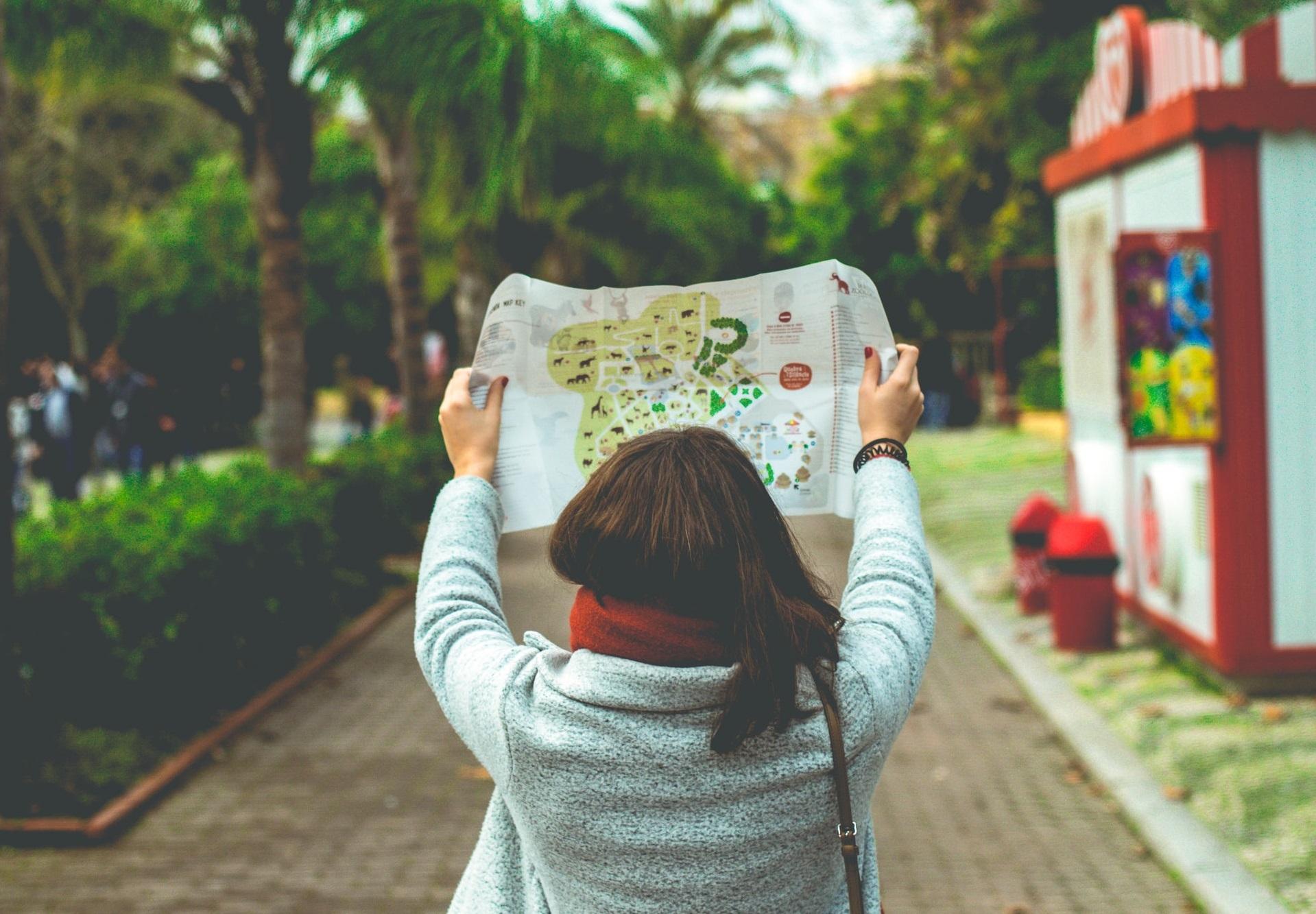mulher com mapa no jardim zoológico de lisboa