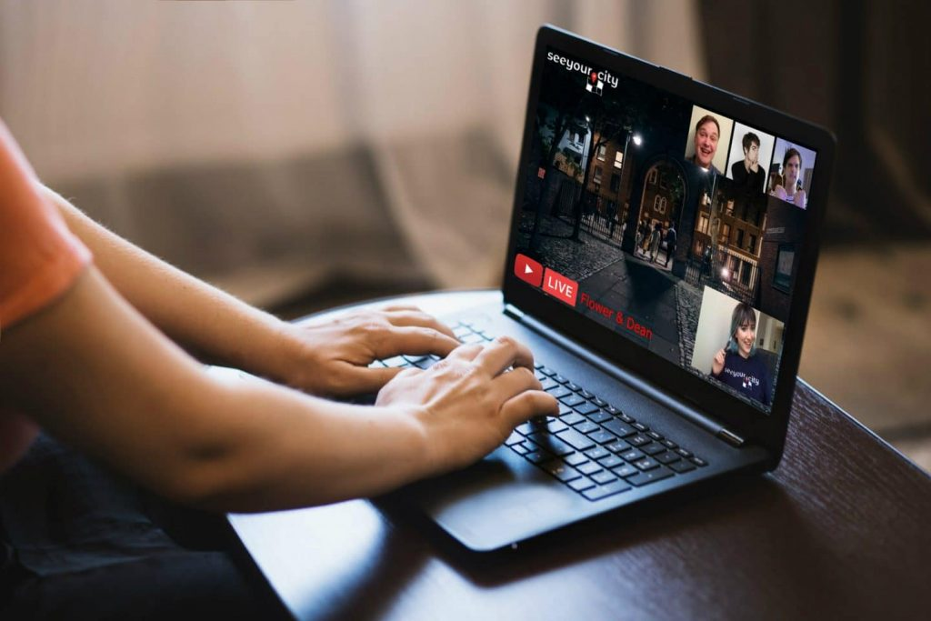 homem ao computador num tour virtual