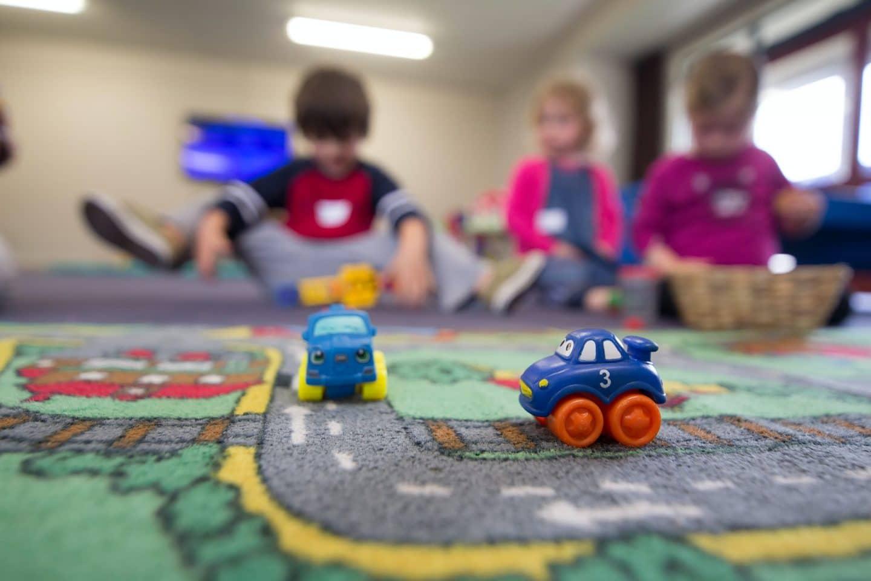 crianças a brincar numa creche