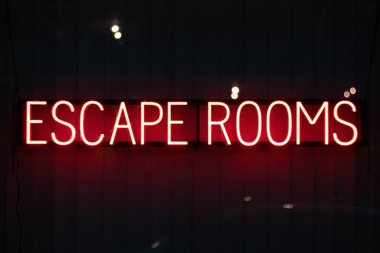 luzes neon com as palavras escape rooms