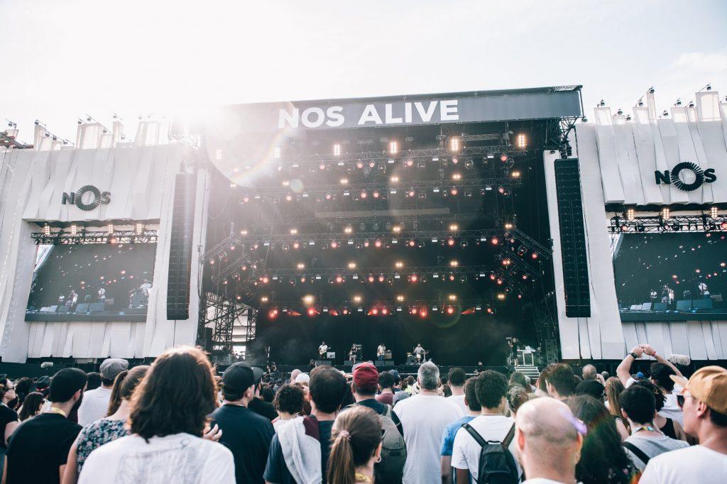 grupo de pessoas no recinto do festival nos alive