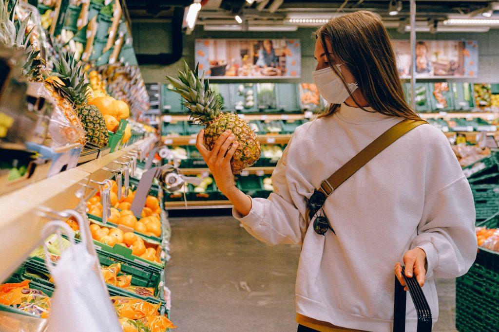 woman-wearing-mask-in-supermarket