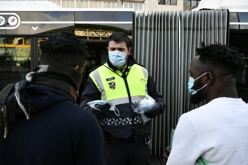 carris e polícia entregam máscaras a utentes dos transportes públicos