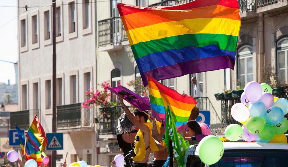 Sabes porque é que a bandeira LGBTQ+ tem as cores do arco-íris?