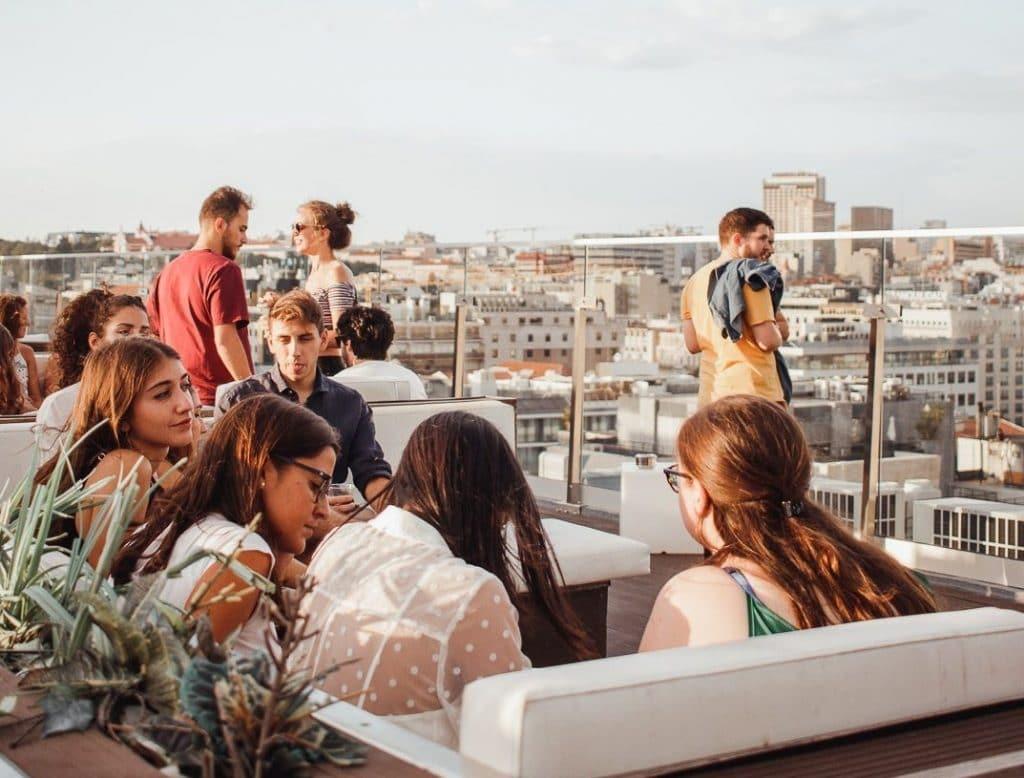 pessoas no Level Eight Rooftop Bar