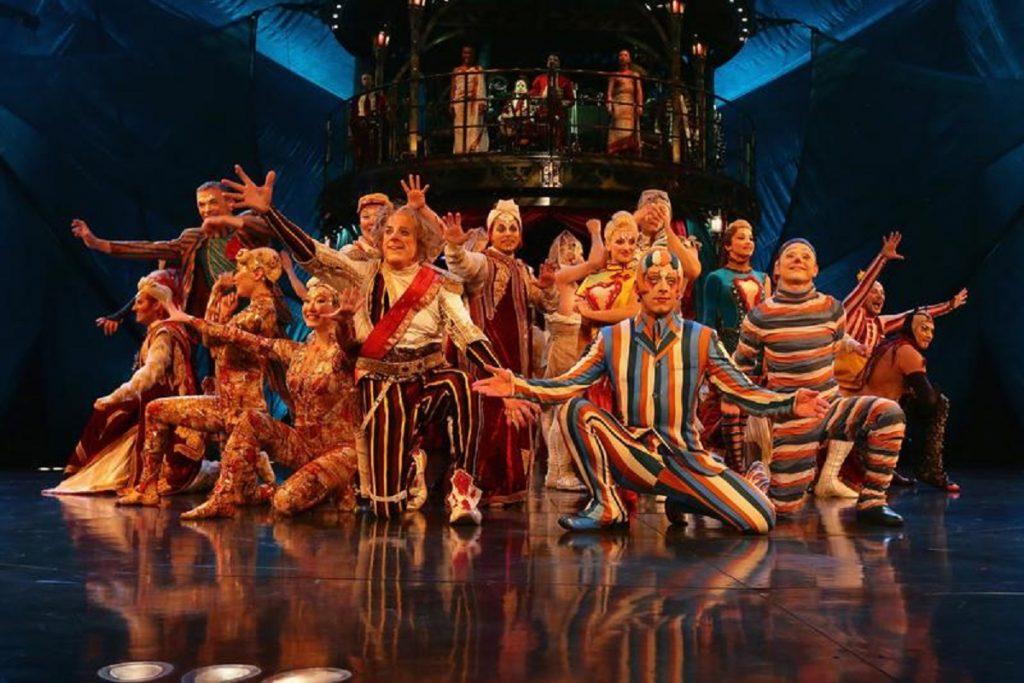 grupo Cirque du Soleil em palco