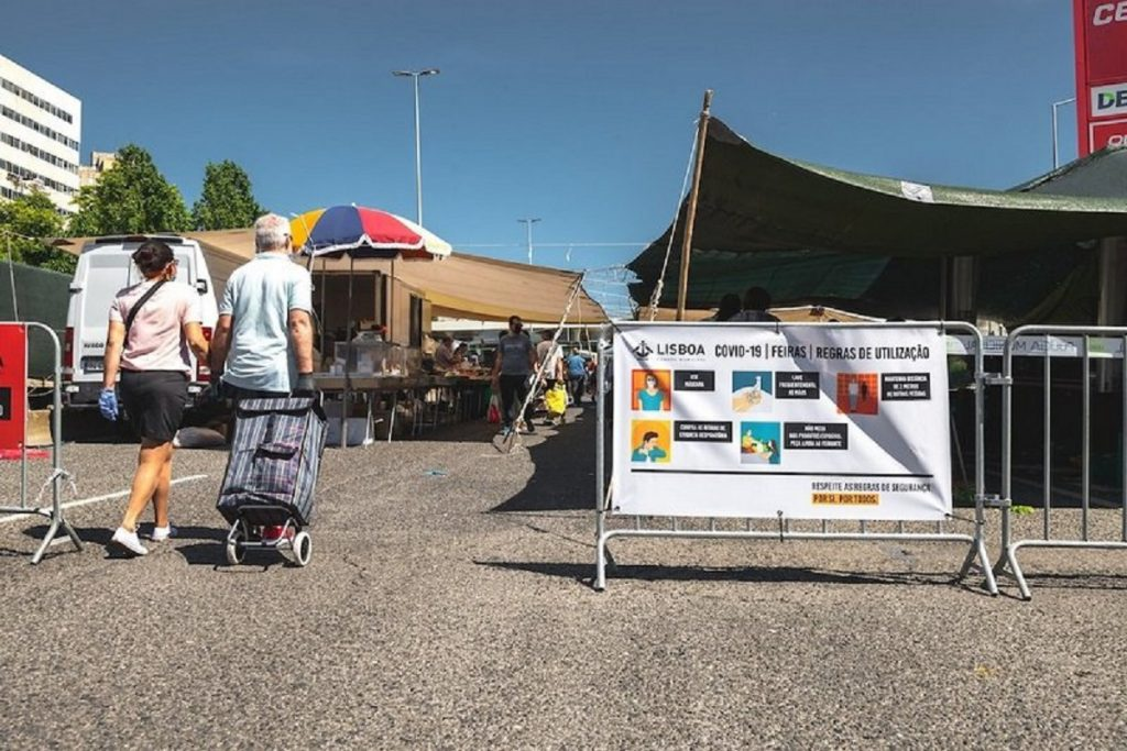 pessoas a entrarem no recinto de uma das feiras de lisboa