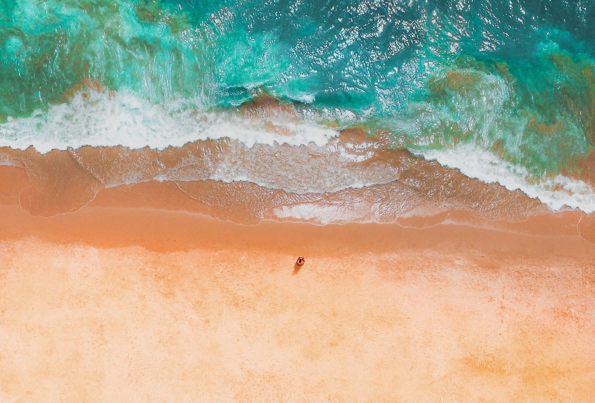 vista aérea de uma pessoa numa praia no algarve