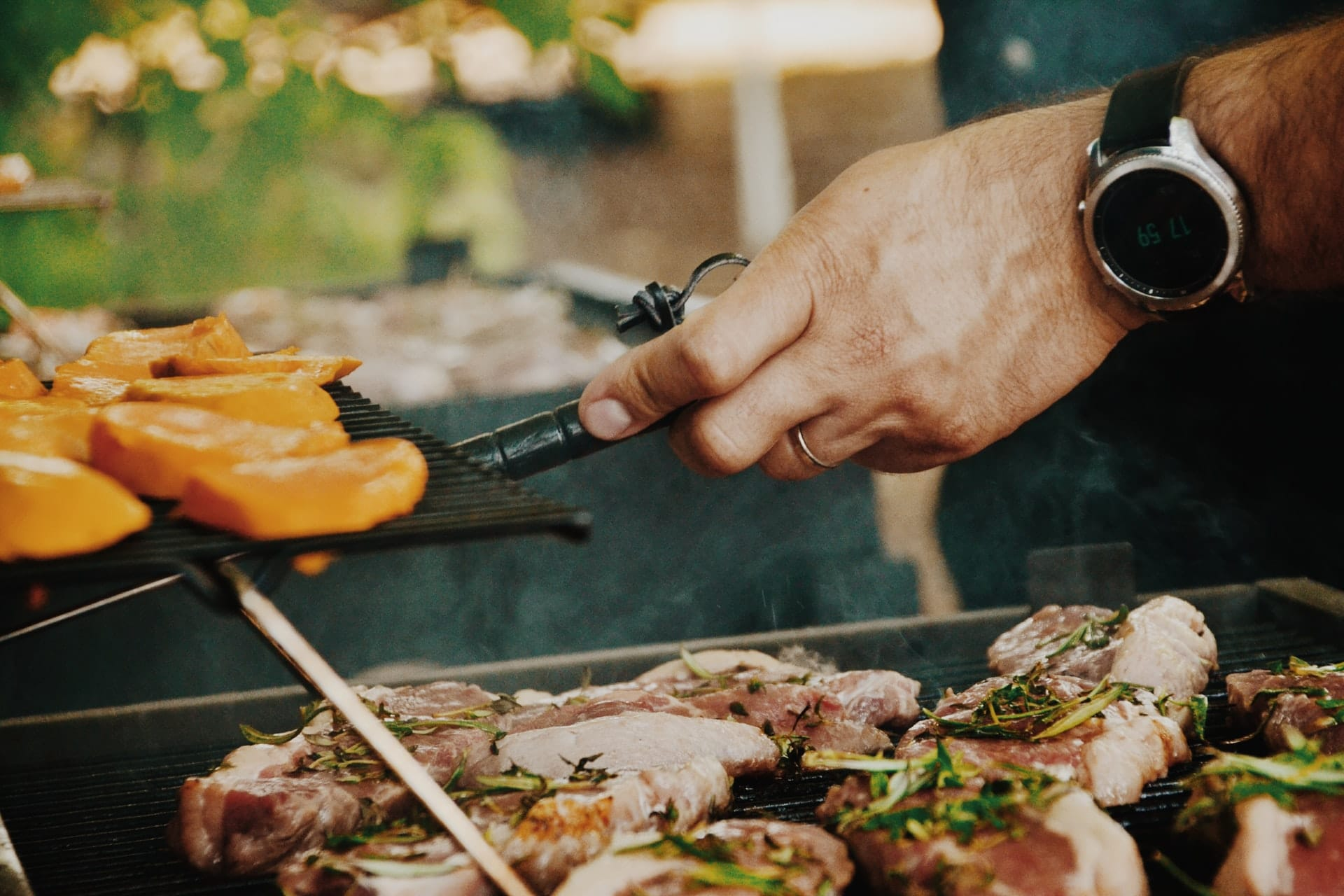 homem num barbecue